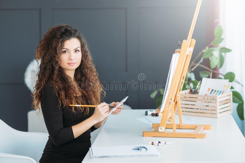 Liten idérik studio för affärskonstnärhem royaltyfria bilder