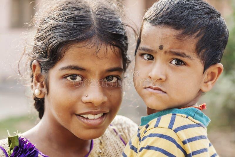 Liten indisk flicka med hennes broder royaltyfri bild