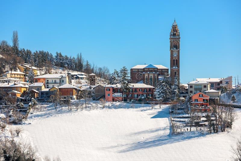 Liten italiensk stad på kullen täckt av snö arkivfoto