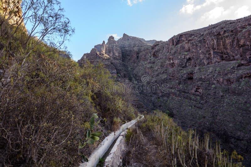 Liten kanal för vattenförsörjning i Tenerife arkivfoto