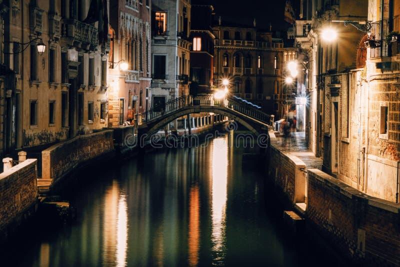 Liten kanal i Venedig på natten arkivfoto