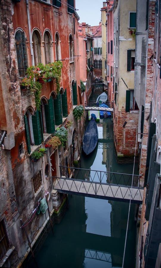 Liten kanal i Venedig, Italien. royaltyfri foto