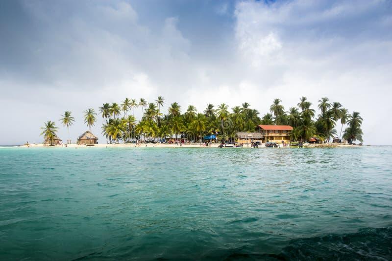 Liten karibisk ö med hus royaltyfri foto