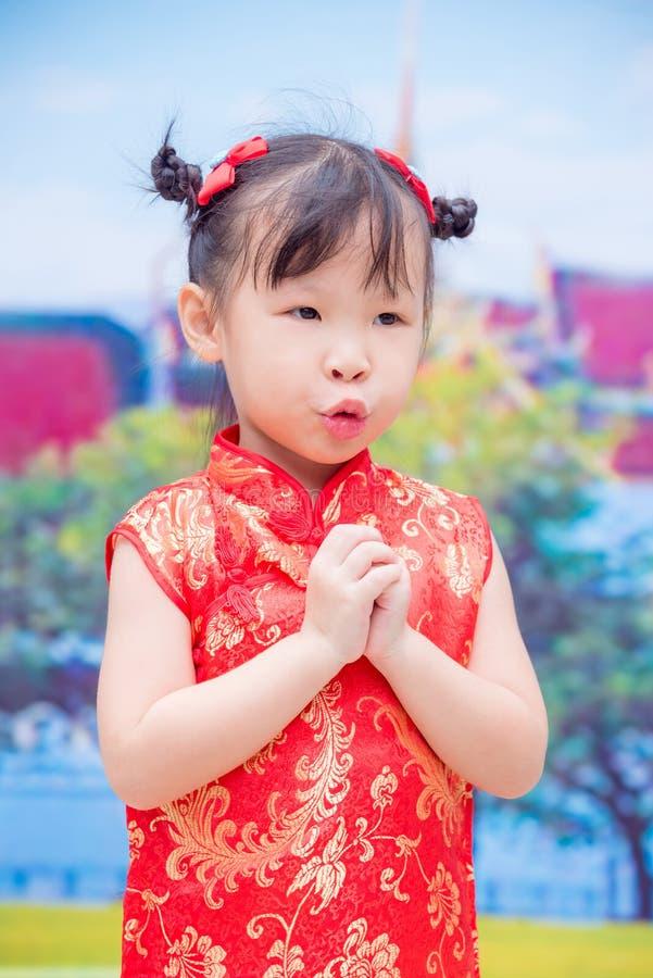 Liten kinesisk flicka i dräkt för traditionell kines royaltyfria foton