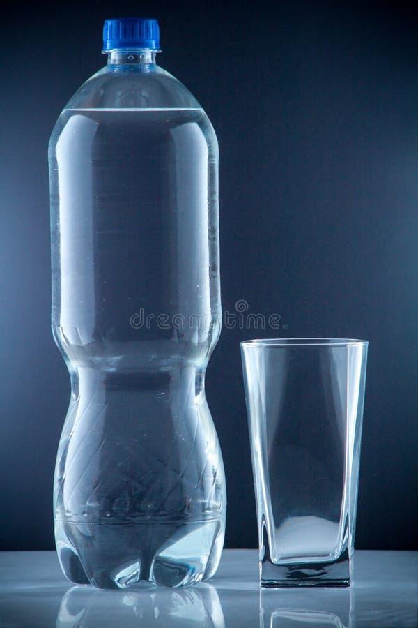 Liten klar dricka kall mineralvatten för vattenflaska arkivfoton