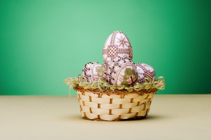 Liten korg med easter ägg arkivbilder