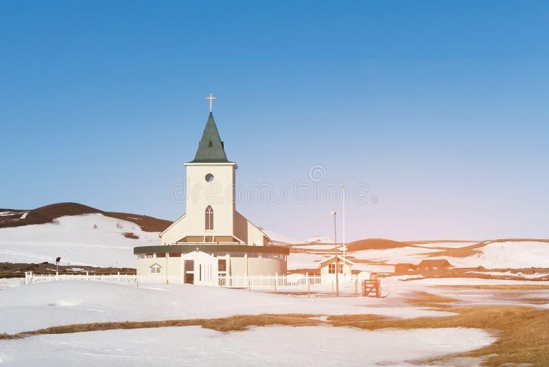 Liten kyrka över snö omkring arkivfoton