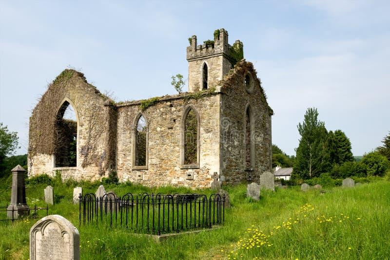 Liten kyrka i ett typisk irländskt landskap i Wicklow berg i Irland royaltyfria foton