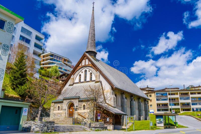 Liten kyrka i fjällängar, Davos, Graubuenden, Schweiz arkivfoto