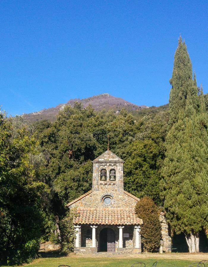 Liten kyrka i mitt av en skog arkivfoton