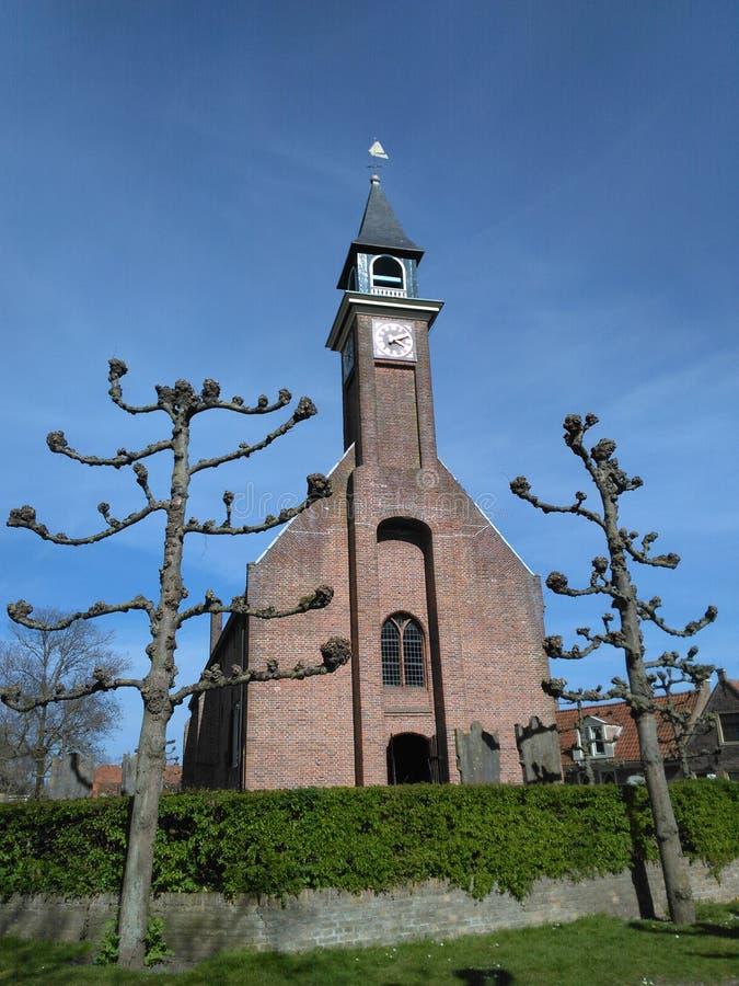 Liten kyrka mot blå himmel arkivbilder