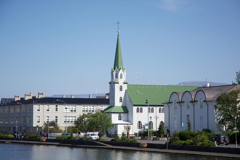 Liten kyrka nära dammet i mitten av Reykjavik, Island royaltyfria foton