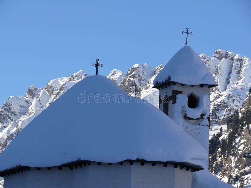 Liten kyrka som doppas av snö arkivbild