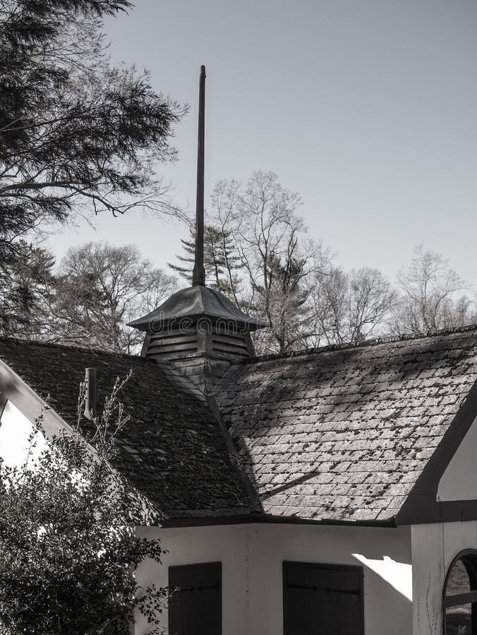 Liten kyrktorn på ett gammalt hus arkivbilder