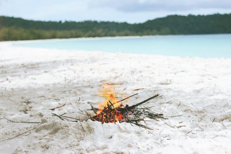 Liten lägereld på wighten Sandy Beach During sommaren på den tropiska ön thailand arkivfoto