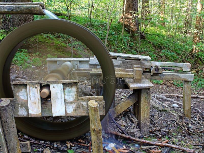 Liten lantlig watermillkonstruktion royaltyfri foto