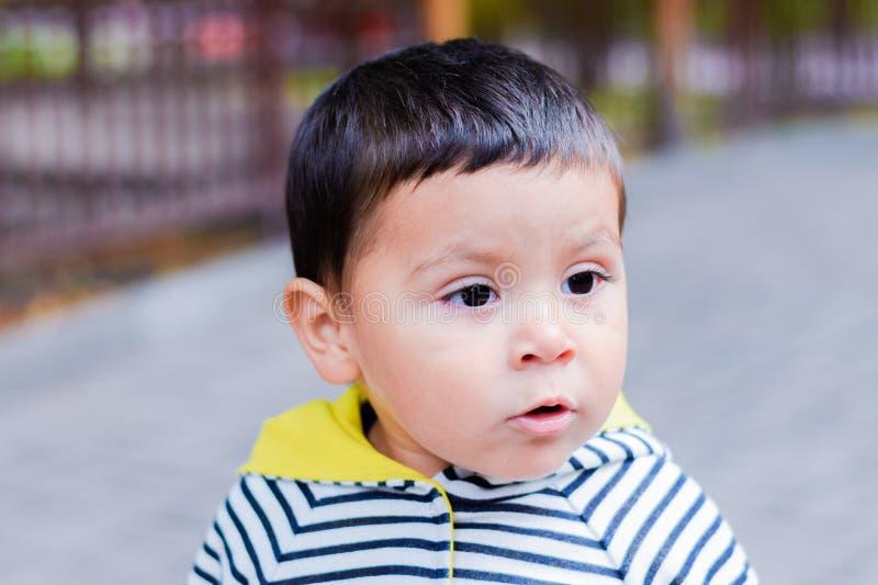 Liten latinsk pojke med olyckligt framsidauttryck royaltyfria bilder