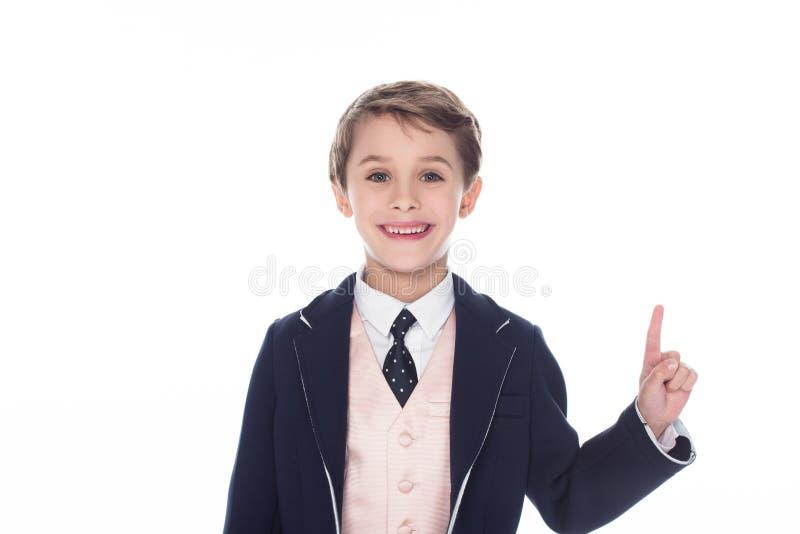 liten le pojke som har idé och pekar upp, royaltyfri bild
