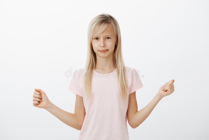 Liten ledsen flicka som ger upp, missat för att baka kakan Det inomhus skottet av det dystra missnöjda förtjusande kvinnliga barn royaltyfri fotografi