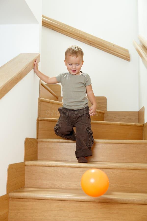liten leka trappa för pojke royaltyfria foton