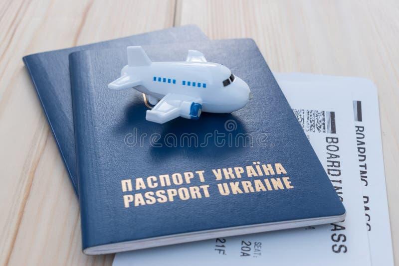 Liten leksaknivå överst av Ukraina pass med logipasserandet fotografering för bildbyråer