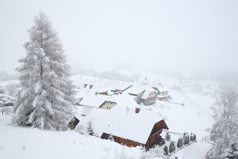 Liten liten by i berg royaltyfria bilder