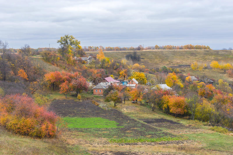 Liten liten by i Ukraina royaltyfria bilder