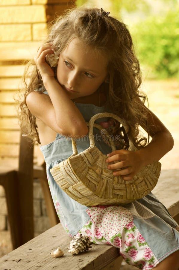 Liten lycklig flicka fotografering för bildbyråer