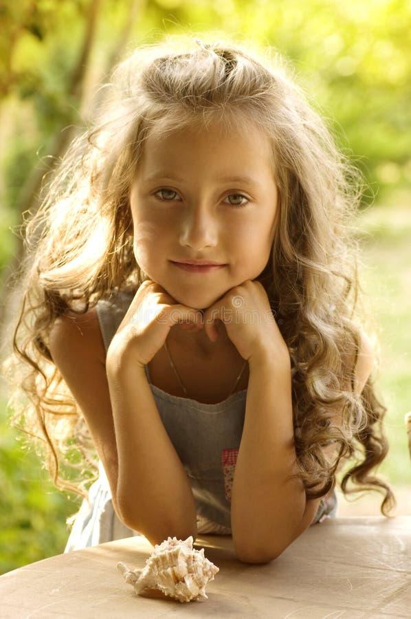 Liten lycklig flicka i trädgård royaltyfri fotografi