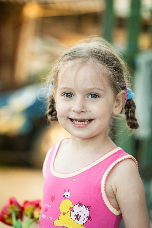 Liten lycklig flicka på en lantgård arkivfoton