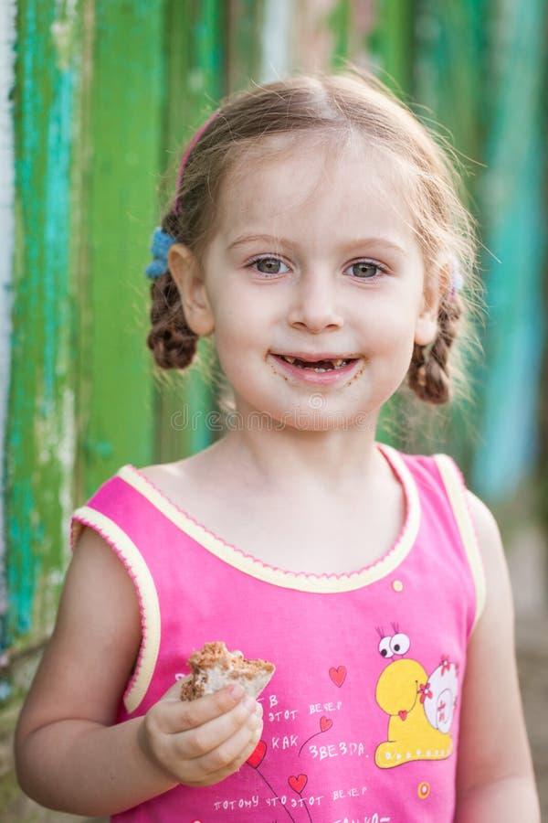Liten lycklig flicka på en lantgård royaltyfri bild
