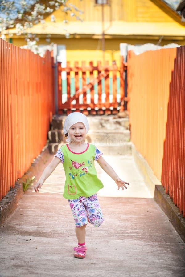 Liten lycklig flicka på en lantgård fotografering för bildbyråer