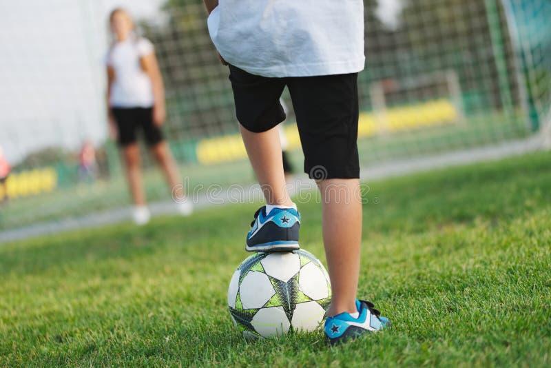 Liten lycklig pojke på fotbollfält royaltyfri fotografi