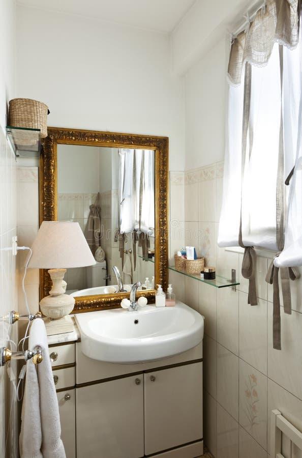 liten möblerad loft för badrum arkivfoton