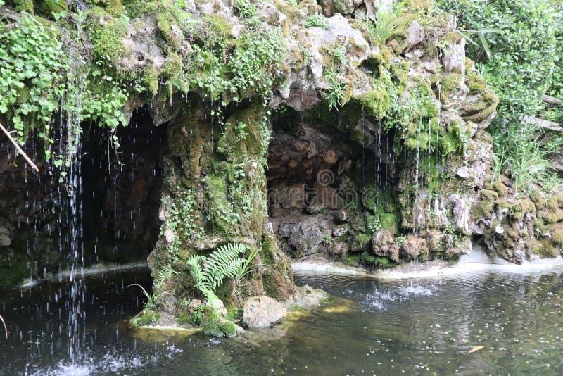 Liten magisk vattenfall i en fransk trädgård royaltyfri fotografi
