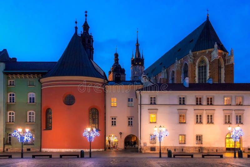 Liten marknadsfyrkant i Krakow på aftonen arkivbild
