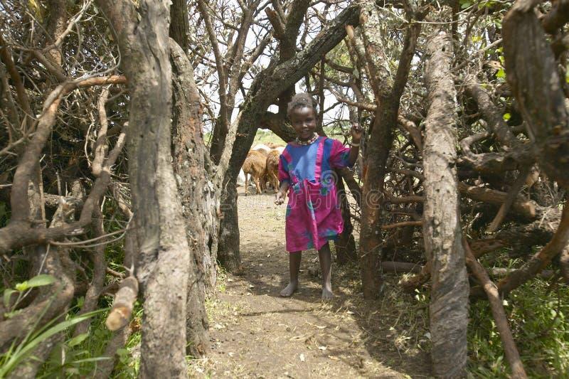 Liten Masaiflicka på porten i by nära den Tsavo nationalparken, Kenya, Afrika royaltyfri bild