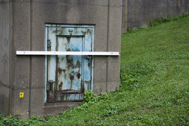Liten metalldörr på kolonn arkivbild