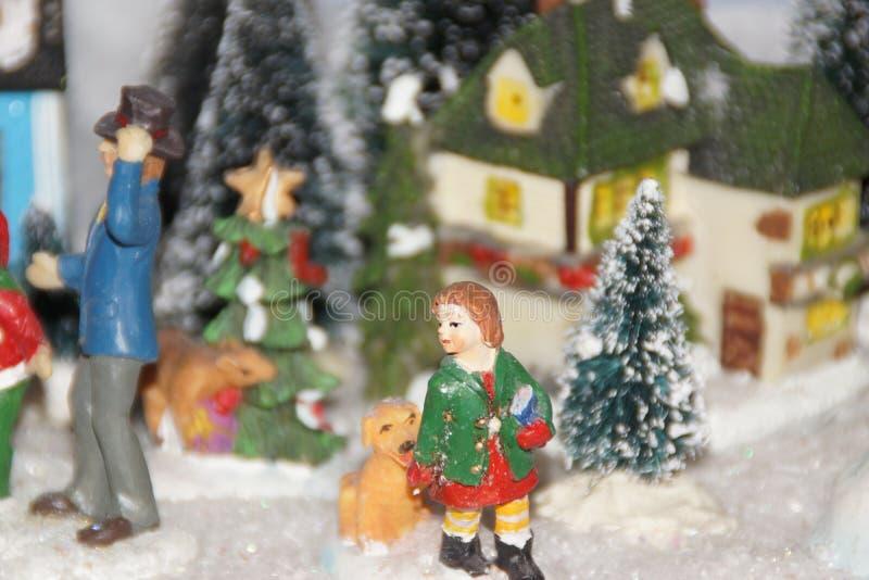 Liten miniatyrby med julgarnering fotografering för bildbyråer
