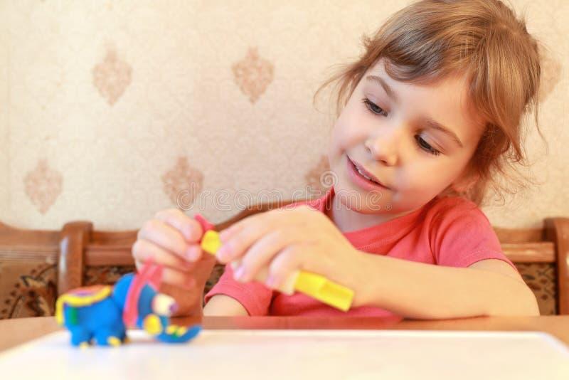 liten modellplasticine för flicka royaltyfri bild