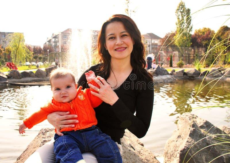liten mom för flicka royaltyfri bild
