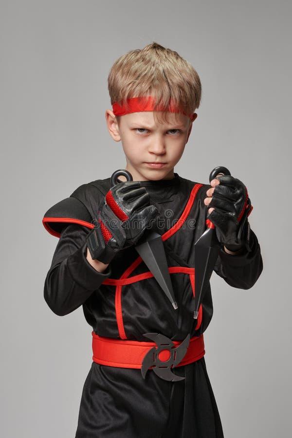 Liten ninja med kunai arkivbild