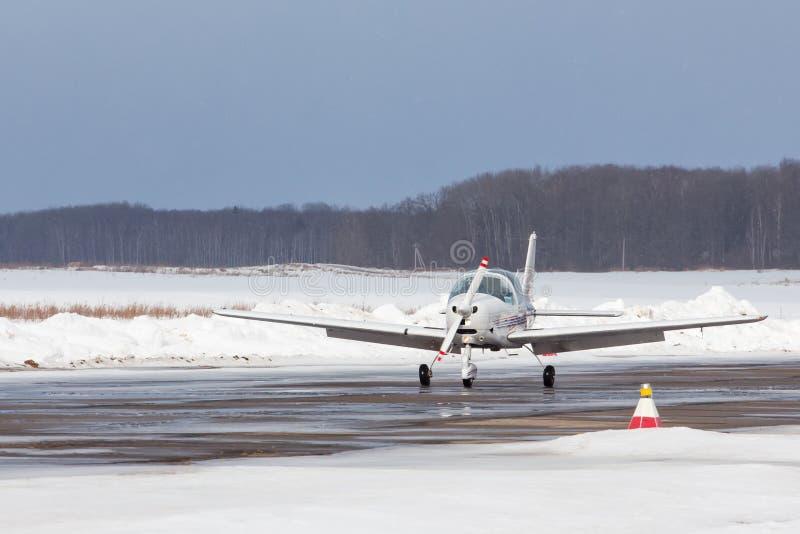 Liten nivå på flygplatsen i vinter royaltyfri bild