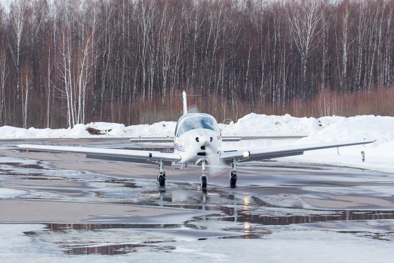 Liten nivå på flygplatsen i vinter royaltyfria foton