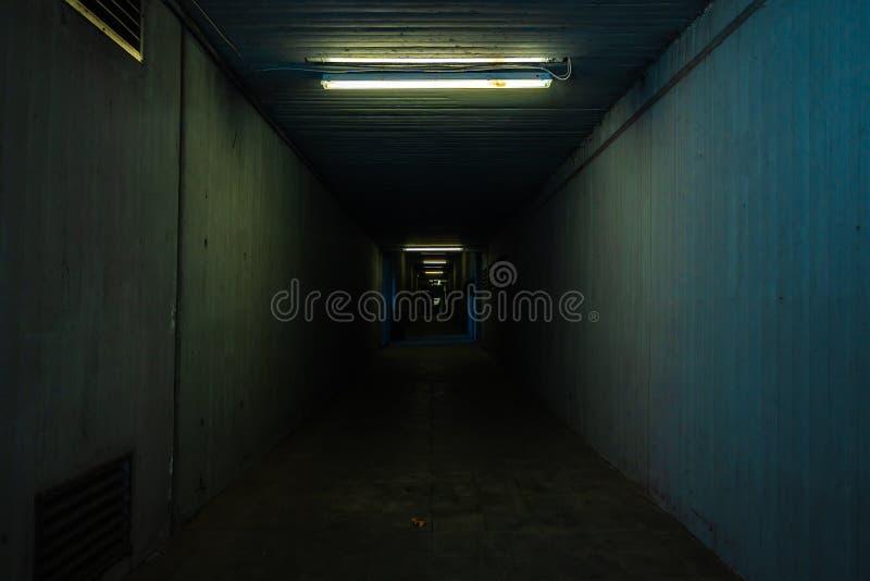Liten och mörk tunnel arkivbild