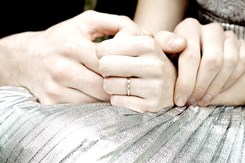 Liten och nätt diamantförlovningsring fotografering för bildbyråer