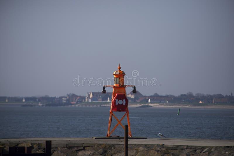 Liten orange fyr på den Esbjerg hamnen i Danmark fotografering för bildbyråer