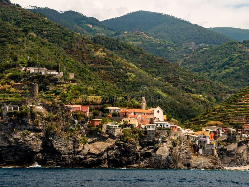 Liten by på den branta kullen i Italien royaltyfri bild