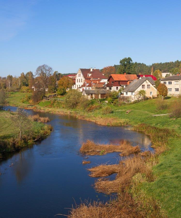 Liten liten by på floden arkivbilder
