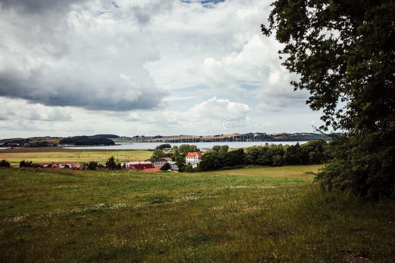 Liten by på kustlinjen royaltyfri foto
